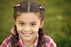 享受秋天时间 小儿童愉快微笑 秋天风景的愉快的孩子 女孩孩子获得一些乐趣在秋天 免版税库存照片
