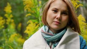 享受秋天的一名年轻美丽的妇女的画象在公园 影视素材