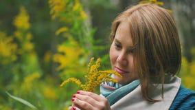 享受秋天的一名年轻美丽的妇女的画象在公园 股票视频