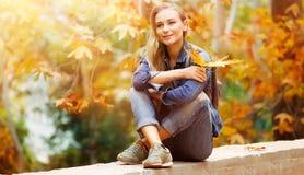 享受秋天的女孩 库存照片