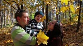 享受秋天的愉快的家庭在公园 股票录像