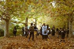 享受秋天的父母和他们的孩子在新宿Gyoen公园 免版税库存照片