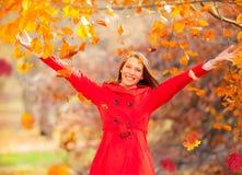 享受秋天自然的美丽的少妇 免版税库存照片