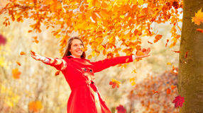 享受秋天自然的美丽的少妇 图库摄影