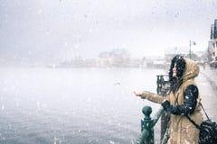 享受第一降雪的妇女 免版税库存图片