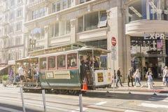享受缆车系统运输的游人在旧金山 库存图片