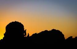 享受美好的日落的一对浪漫夫妇的剪影 库存照片