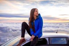 享受美好的cloudscape的妇女 免版税库存图片
