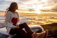 享受美好的cloudscape的妇女 图库摄影