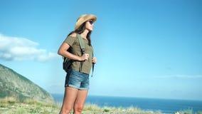 享受美妙的海景的低角度活跃美丽的女性游人在日落 股票录像