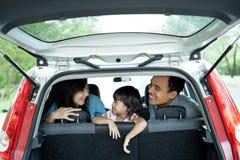 享受聊天旅行的家人里面 免版税图库摄影
