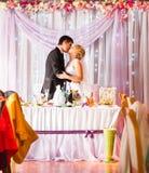 享受膳食的新娘和新郎在结婚宴会 库存图片