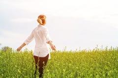 享受自然和自由和享有生活的户外女孩的秀丽 一件白色衬衣的美丽的女孩,漫步 库存图片