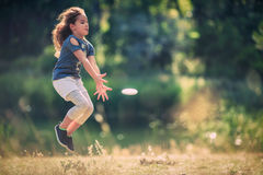 享受自然和晴天在p的愉快的小女孩 图库摄影