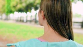 享受自然放松的妇女室外 走在单独绿色公园 自由寂寞概念 股票视频