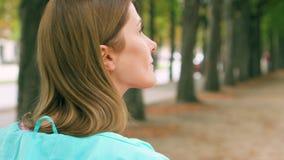 享受自然放松的妇女室外 走在单独绿色公园 自由寂寞概念 影视素材