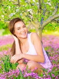 享受自然的愉快的女孩 库存图片