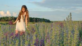 享受自然的秀丽女孩 股票录像