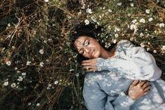 享受自然的美好的深色的少女户外 一名可爱的白种人妇女的水平的画象感到自由和梦想 图库摄影