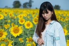 享受自然的自由的愉快的少妇 室外秀丽的女孩 Smi 库存图片