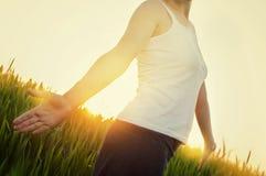 享受自然的年轻,健康妇女 库存照片
