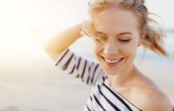 享受自由和笑在海的愉快的妇女 免版税库存图片