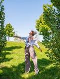 享受自由的美丽的boho样式女孩在一好日子 跳跃在绿草的快乐的妇女 免版税库存照片