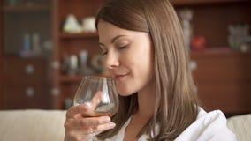 享受舒适在家平衡的妇女 单独饮用的白兰地酒的科涅克白兰地开心 酒精中毒概念 股票视频