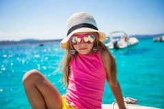 享受航行在的小船的逗人喜爱的小女孩 免版税库存图片