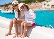 享受航行的小逗人喜爱的女孩画象  免版税图库摄影