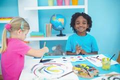 享受艺术和工艺绘的愉快的孩子 库存图片