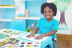 享受艺术和工艺绘的愉快的孩子 免版税库存图片