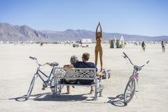 享受艺术的燃烧器夫妇在灼烧的人2015年 图库摄影