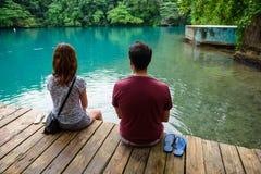 享受蓝色盐水湖,波特兰,牙买加, 2017年11月24的看法日的美国旅游夫妇 免版税库存照片