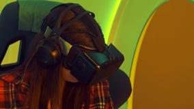 享受虚拟现实吸引力的激动的女孩 免版税库存图片