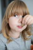 享受蛤蜊看的滑稽的孩子 免版税图库摄影