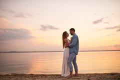 享受蜜月的愉快的浪漫夫妇 免版税库存照片