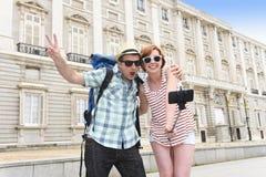 享受西班牙假日的年轻美国夫妇绊倒采取selfie与手机的照片自画象 免版税库存图片