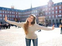 享受西班牙观光的可爱的愉快的年轻女人在马德里 在旅游业方面在欧洲城市 库存图片