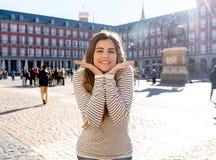 享受西班牙观光的可爱的愉快的年轻女人在马德里 在旅游业方面在欧洲城市 图库摄影