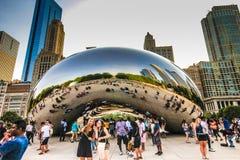 享受观点的芝加哥豆的人 免版税库存图片