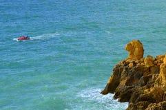 享受观点的骆驼的游人朝向壮观的岩层 库存照片