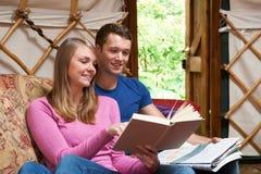 享受豪华野营假日的夫妇在Yurt 免版税库存照片