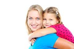 享受贪心乘驾的女儿。 嬉戏的母亲 库存图片