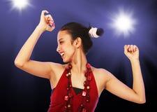 享受跳舞的十几岁的女孩在迪斯科 免版税图库摄影