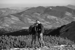 享受远足的愉快的夫妇背包徒步旅行者在度假 库存照片