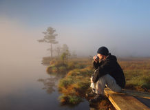 享受远足者沼泽早晨的咖啡 库存图片