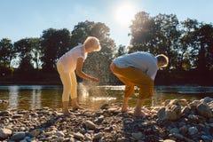 享受退休和朴素的两资深人,当投掷时 免版税库存图片
