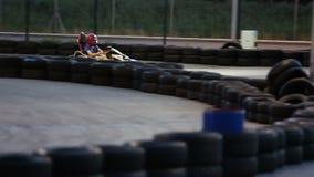 享受速度的活跃人在赛跑的kart,获得乐趣在karting的俱乐部,男性爱好 股票视频