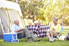 享受野营假日的资深夫妇 图库摄影